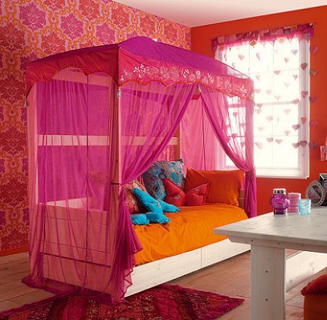 cama con dosel de madera