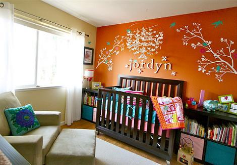 Habitación de bebé color naranja