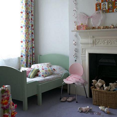 Habitación para niños con chimenea