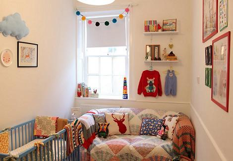 Bonita pequeña habitación de bebé