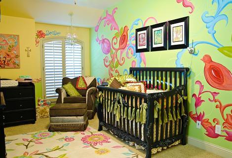 Habitación de bebé en verde y amarillo