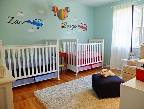 Habitación azul para dos bebés
