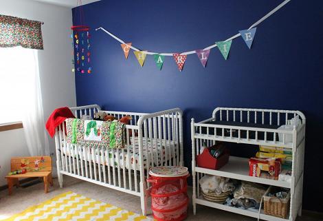 Habitación de bebé azul oscuro