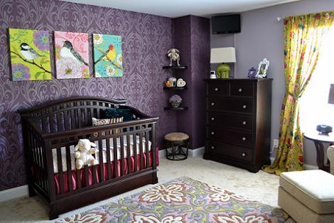 Habitación de bebé con papel pintado