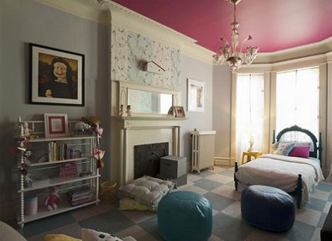 Habitación techo rosa