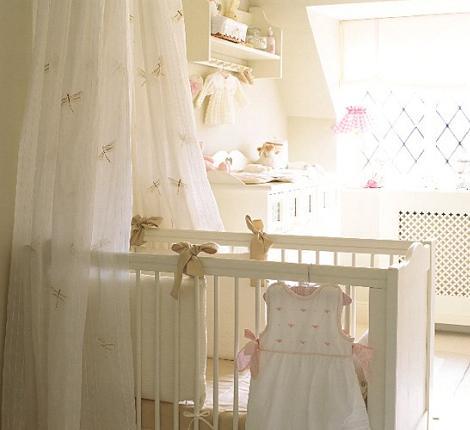 Habitación de bebé de estilo francés