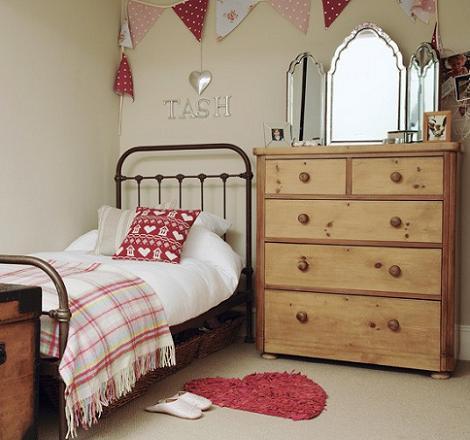 habitación de madera para niña