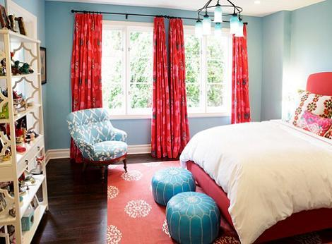 Dormitorio azul y rojo