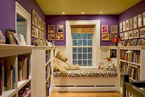 Habitación lila y amarilla