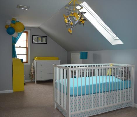 Dormitorio de bebé azul y amarillo